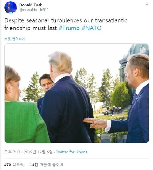트럼프 대통령에 '총질'하는 전 유럽연합(EU) 상임의장 [도날드 투스크 전 EU 정상회의 상임의장 트위터 캡처]