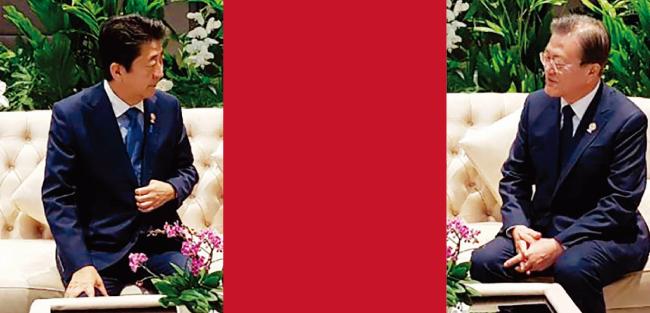 한-아세안 특별정상회의에서 아베 신조 일본 총리(왼쪽)를 만나 웃음 짓는 문재인 대통령. 이후 문 대통령은 지소미아 연장을 결정했다. 이 사진은 정의용 국가안보실장이 휴대전화로 찍었다. [사진 제공 · 청와대]