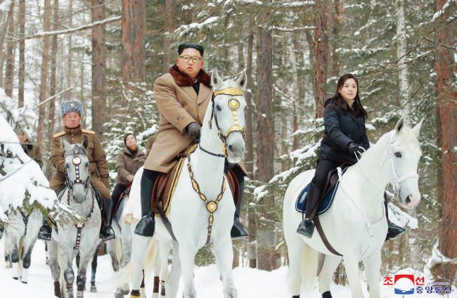 조선중앙통신이 12월 4일 김정은 북한 국무위원장이 백마를 타고 백두산을 올랐다고 보도했다. [조선중앙통신]