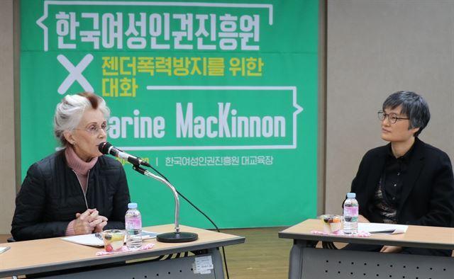 캐서린 매키넌(왼쪽) 미 미시건대 종신교수가 6일 서울 한국여성인권진흥원에서 간담회를 하고 있다. 한국여성인권진흥원 제공