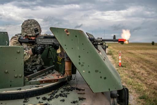 미군 병사가 M240을 가상 표적을 향해 사격하고 있다. 미 육군 제공