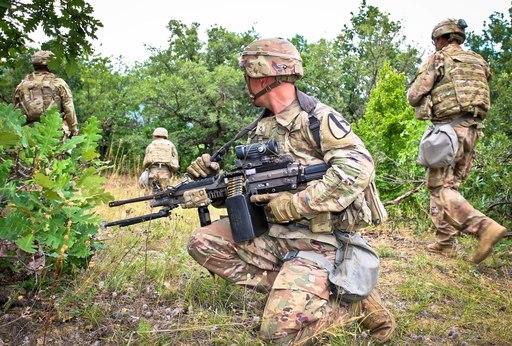 미 육군 병사들이 기동훈련을 하는 도중 M249사수가 동료들의 전진을 엄호하며 경계를 하고 있다. 미 육군 제공