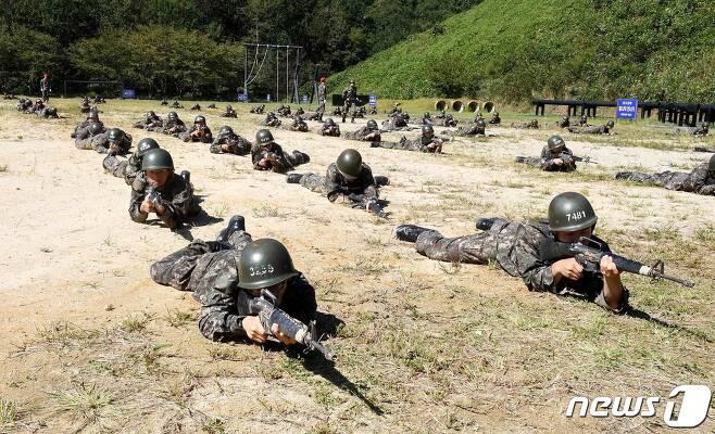 24일 경남 창원시 해군교육사령부 야전교육훈련대대에서 제660기 해군병이 각개전투 훈련을 하고 있다. (해군 교육사령부 제공) 2019.9.24/뉴스1