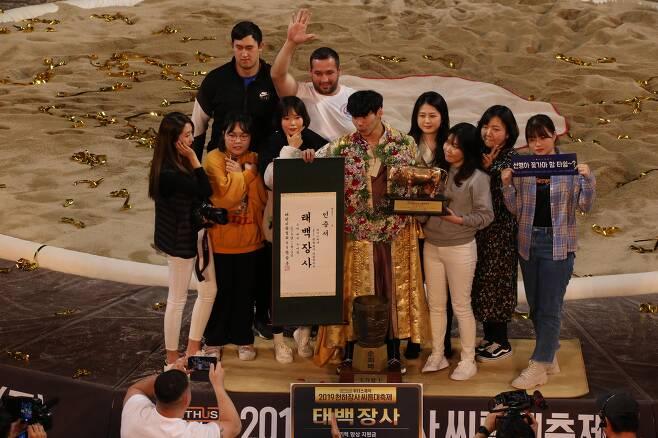 허선행이 태백장사 등극 후 팬들과 기념촬영을 하고 있다. 대한씨름협회 제공