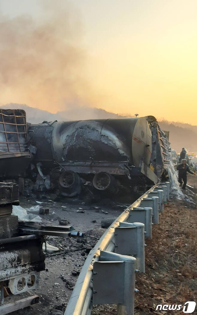 14일 새벽 경북 군위군 상주~영천고속도로에서 도로 결빙으로 차량 수십대가 연쇄 추돌해 불이 났다. 양방향에서 일어난 사고로 40여대의 차량이 뒤엉켜 도로가 한동안 마비됐다. (경북소방본부 제공) 2019.12.14/뉴스1 © News1 공정식 기자