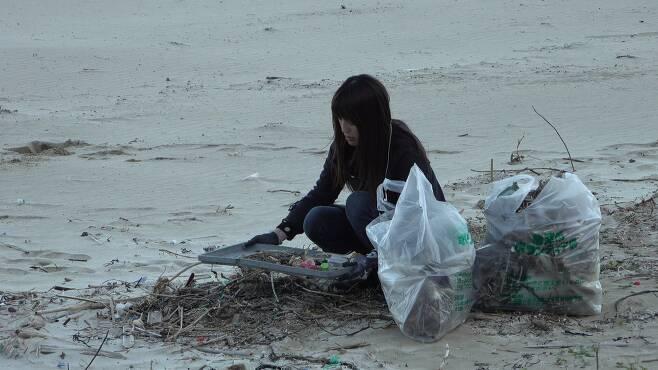 규슈 해안에서 한 일본인 주민이 자발적으로 해안쓰레기를 치우고 있다. [사진 공성룡]