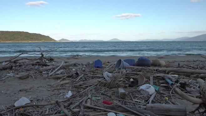 규슈의 한 해안의 모습. 해안 곳곳에 플라스틱 쓰레기가 널브러져 있다. [사진 공성룡]