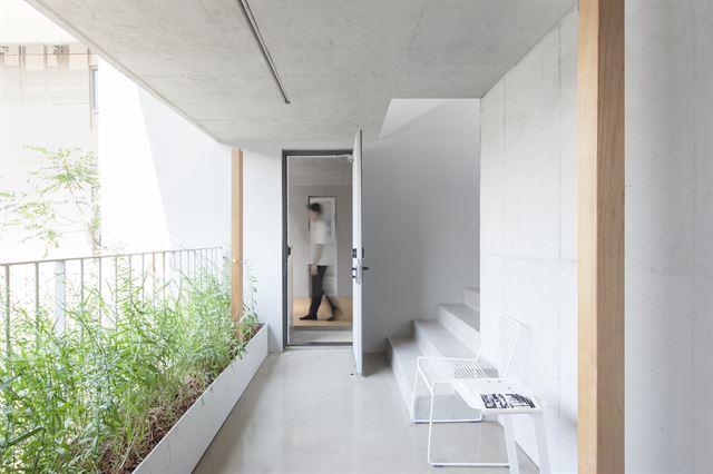 방은 작아도 복도와 층계 등 공용 면적이 넓어 거주자들이 다양하게 공간을 활용할 수 있다. 김주영(studio millionroses) 건축사진작가