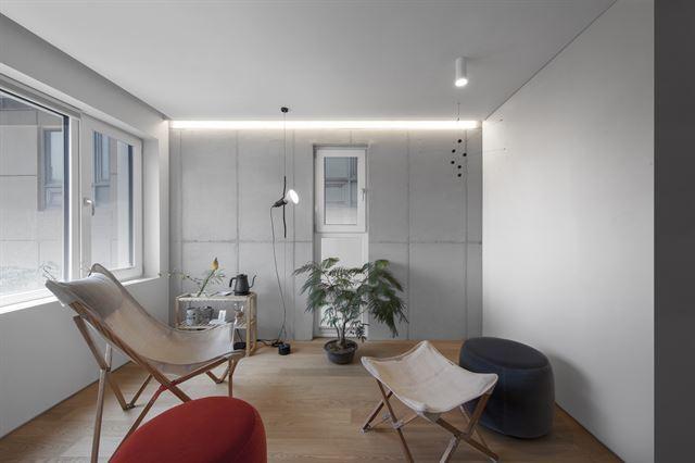 원룸에 들어서면 맞은편에 창이 뚫려 있어 답답함을 덜어준다. 창문과 수납, 조명 등 실내 인테리어도 거주자의 삶의 질을 개선하는 데 초점을 뒀다.  김주영(studio millionroses) 건축사진작가