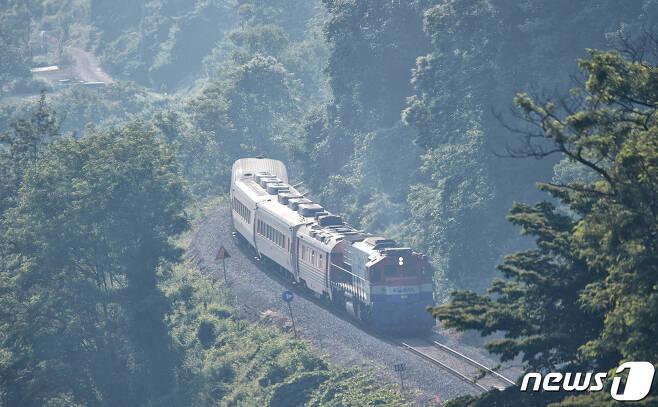 경전선(삼랑진∼광주송정) 화순역을 나와 아침 안개 속을 달리는 작은 기차. © News1 박영래 기자