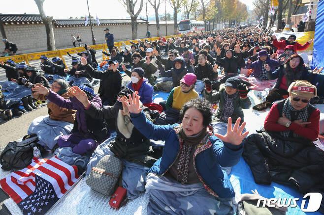 '문재인하야 범국민투쟁본부'(범투본) 회원들이 지난달 26일 오전 서울 청와대 앞에서 집회를 하고 있다. /뉴스1 © News1 성동훈 기자