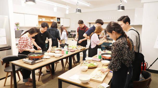 지난달 21일 서울시 금천구 청년활동공간 청춘삘딩에서 평소 혼자 밥 먹는 젊은이들이 모여 함께 저녁식사를 만들어 먹는 '대대식당' 프로그램에서 소셜다이닝을 하고 있다. 청춘삘딩 제공