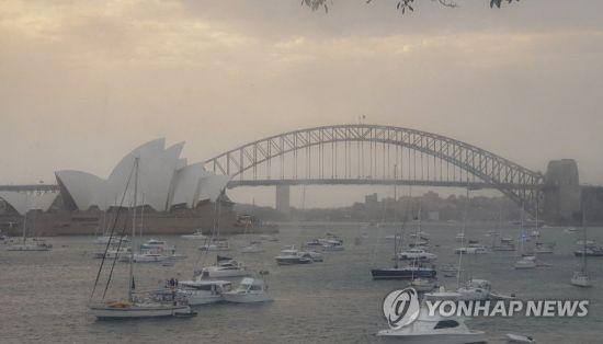 호주 산불 영향으로 시드니 오페라하우스 하늘이 온통 잿빛이다. / 사진=연합뉴스