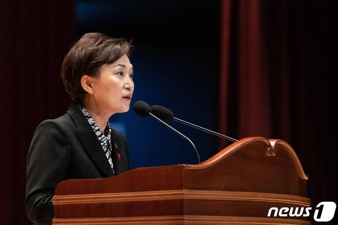 김현미 국토교통부 장관이 2일 오후 정부세종청사에서 열린 국토부 시무식에서 신년사를 하고 있다. (국토교통부 제공) 2020.1.2/뉴스1