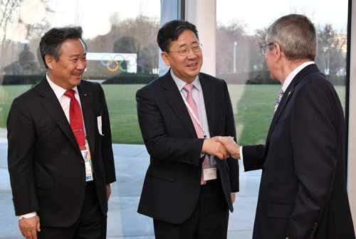 이기흥 체육회장(왼쪽부터), 박양우 문체부 장관, 바흐 IOC 위원장 [국제올림픽위원회(IOC) 제공]