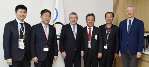 바흐 IOC 위원장과 박양우(왼쪽에서 두 번째) 문체부 장관을 비롯한 한국유치단 [국제올림픽위원회(IOC) 제공]