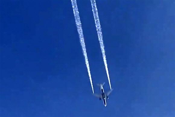 14일(현지시간) 델타항공 여객기가 회항 중 로스엔젤레스 상공에서 기름을 방출하는 모습. AP