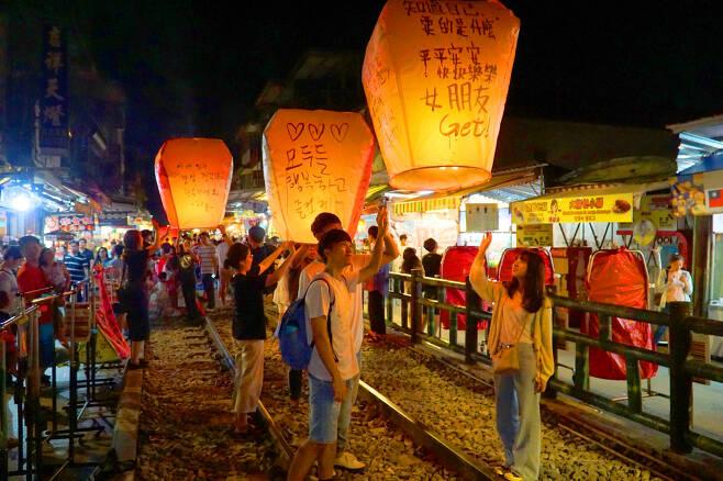 """""""일본 대신 대만."""" 최근 몇년간 한국인들의 사랑을 받고 있는 대만의 스펀. 2020년 신년 다짐, 쇄신, 기원 여행지로도 인기가 높다. [사진=함영훈 기자]"""