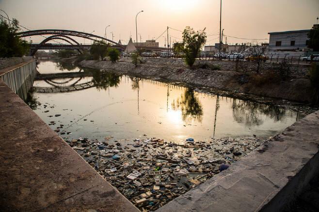 2018년 10월 이라크 바스라 지역의 하천. 같은 해 여름 이 지역에서는 12만명이 수질오염으로 입원했다. 더 뉴 휴머니테리언 제공