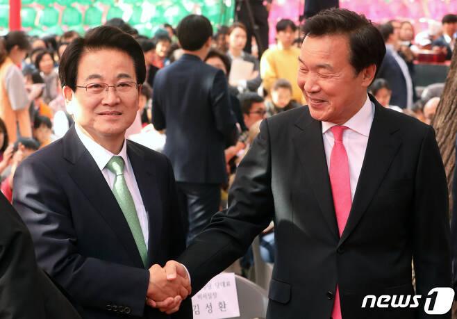 손학규 바른미래당 대표(오른쪽)와 정동영 민주평화당 대표. © News1 이종덕 기자