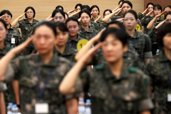 경례하는 국방여성 - 여군들이 서울 용산구 국방컨벤션에서 열린 68주년 여군 창설 기념 '국방여성 리더십 발전 워크숍'참석자들이 국기에 대한 경례를 하고 있다.연합뉴스