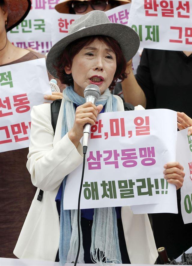 주옥순 엄마부대 대표가 지난해 8월 서울 종로구 옛 일본대사관 앞에서 기자회견을 갖고 문재인 정권을 향해 일본정부에 사과하라고 촉구하고 있다. 뉴스1