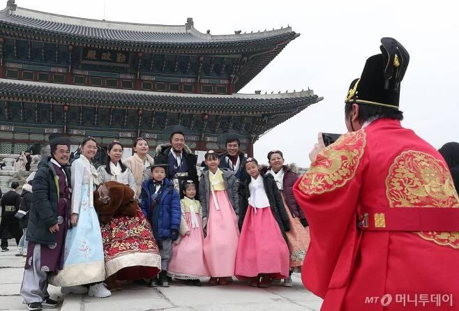 경자년 새해 첫 날 서울 종로구 경복궁을 찾은 관람객들이 즐거운 시간을 보내고 있다. / 사진=김창현 기자 chmt@