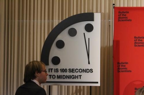 100초 전까지 당겨진 지구종말 시계 (워싱턴=연합뉴스) 미국 핵과학자회(BAS)는 23일(현지시간) 미 워싱턴DC에서 100초를 남겨둔 지구종말 시계를 공개했다. 2020.1.23. photo@yna.co.kr [촬영 로렌킴]