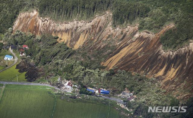 【 아쓰마=AP/뉴시스】 6일 새벽 3시 8분께 규모 6.7의 지진이 홋카이도(北海道)를 강타했다. 사진은 지진으로 아쓰마에서 산사태가 발생한 모습. 산의 일부분이 마치 칼로 잘라낸 듯 무너져 내리면서, 아래 쪽에 있던 집들을 덮쳤다. 2018.09.06
