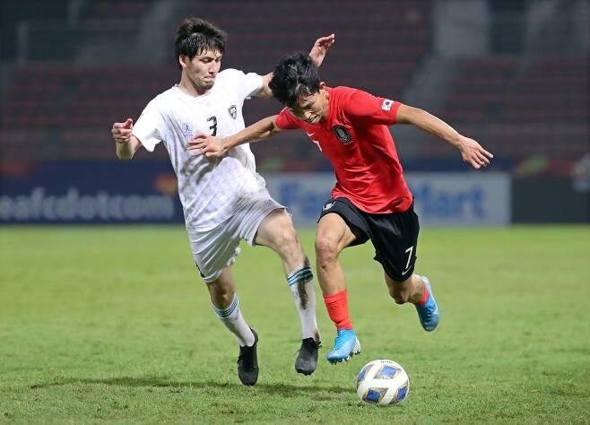 정우영이 지난달 15일 태국 랑싯 탐마삿 스타디움에서 열린 AFC U-23 챔피언십 우즈베키스탄전에서 돌파를 시도하고 있다. [연합뉴스]