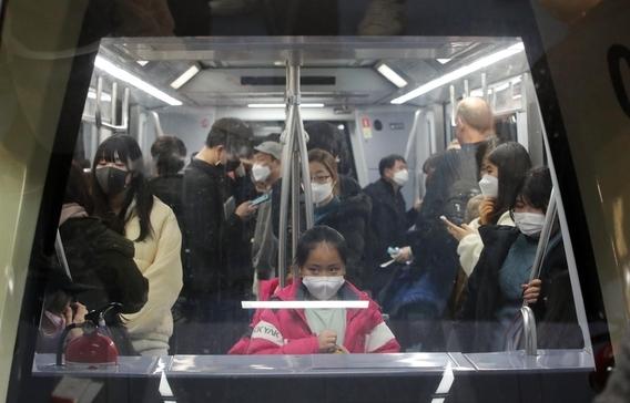 신종 코로나바이러스 감염증인 '우한 폐렴' 확산이 우려되는 가운데 29일 중국 광저우에서 출발한 항공기 여객들이 인천국제공항 제1터미널을 통해 입국해 셔틀트레인을 타고 입국장으로 향하고 있다. /연합뉴스