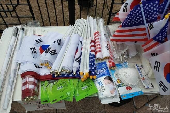 1일 서울 광화문 인근에서 보수단체 집회 참가자들에게 한 노점이 마스크를 진열해 놓고 팔고 있다. (사진 =김태헌 기자)