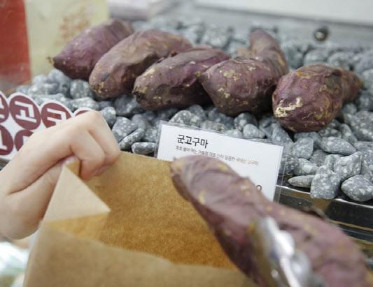 CU에서 판매하는 군고구마.(사진=BGF리테일)
