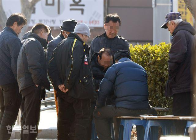 3일 오후 서울 종로구 종묘공원 근처에서 대부분 마스크를 착용하지 않은 채 어르신들이 바둑 두는 모습을 지켜보고 있다. 홍인기 기자