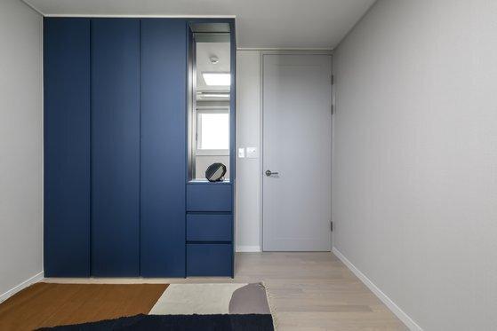 클래식 블루 컬러는 흰색과 회색 일색의 공간에 포인트 컬러로 활용하기 좋다. [사진 아파트멘터리]