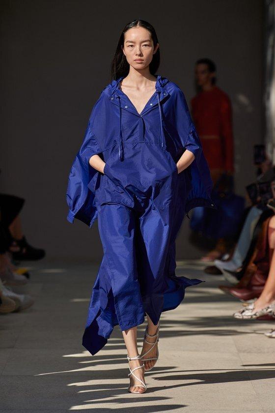경쾌한 느낌의 블루 컬러의 아노락 스타일 드레스를 선보인 페라가모. [사진 페라가모 2020 SS 컬렉션]