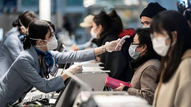 도쿄 하네다 공항서 온도 점검 받는 승객들