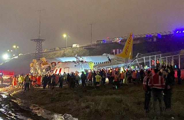 터키 구조대원들과 소방관들이 5일 183명을 태운 저가항공사 페가수스 항공 소속 여객기가 착륙 중 미끄러지면서 활주로 노면과 충돌, 동체가 3개로 부서진 이스탄불 사비하 괵첸 공항 사고 현장 주변에서 구조 작업을 펼치고 있다. 이스탄불=AP 뉴시스