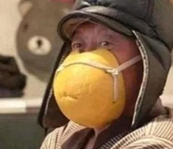 한 남성이 자몽 껍질을 잘라 끈으로 연결해 제작한 마스크를 쓰고 있다. [웨이보 캡처]