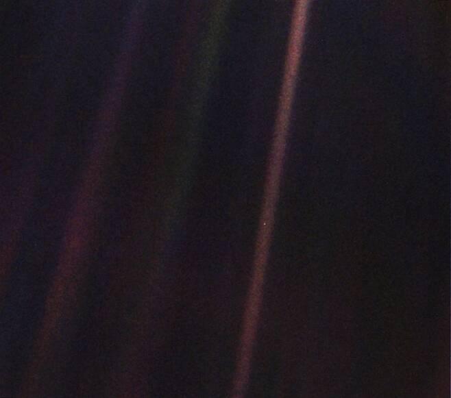 창백한 푸른 점의 원본 사진이다. NASA 제공