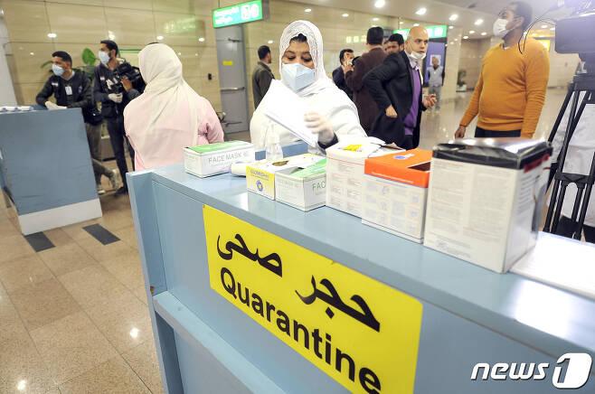 이집트 카이로 국제공항에서 보건당국 직원들이 여행객들에 대해 검역을 시행하고 있다. © AFP=뉴스1