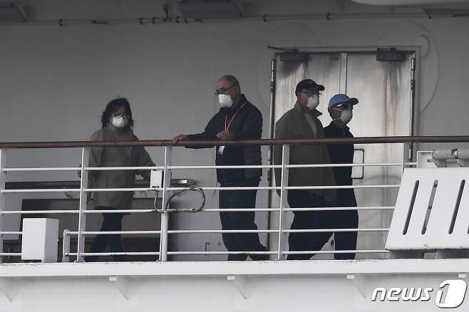 공포의 나날의 보내고 있는 승객들. 모두가 마스크를 쓴 모습니다. © AFP=뉴스1 © News1 우동명 기자