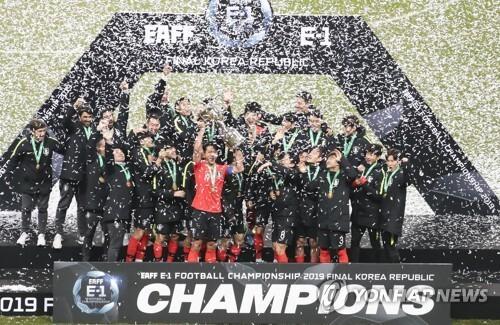 지난해 12월 부산에서 열린 2019 동아시아축구연맹 챔피언십에서 우승한 한국 남자축구 대표팀. [연합뉴스 자료사진]