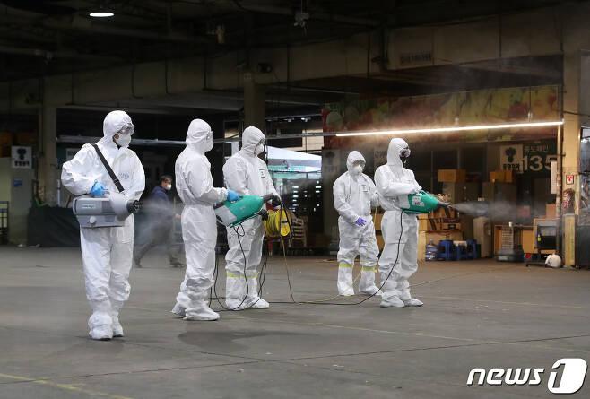 질병관리본부와 전문 방역업체 관계자들이 방역을 하고 있다.  /뉴스1 © News1 공정식 기자