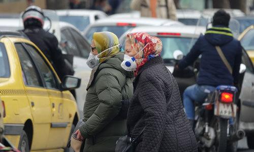 23일(현지시간) 오후 마스크를 쓰고 외출한 테헤란 시민들. 이란에서는 23일 현재 신종코로나바이러스(코로나19) 감염증에 전염된 환자가 43명 확인됐다. 이들 가운데 8명이 사망해 중국를 제외하고 가장 많은 사망자가 발생했다. 테헤란=연합뉴스
