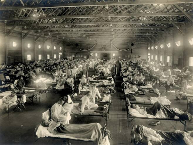 1918 인플루엔자 대유행(일명 스페인독감) 때 병원 응급실의 모습이다. 스페인독감은 5000만~1억 명의 희생자를 낳은 최악의 감염병이다. 최근 국내 연구팀이 이 바이러스의 강한 독성이 어떻게 발생했는지 처음 밝혔다. 사진제공 위키미디어