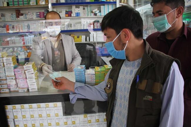 이란과 국경을 맞대고 있는 아프가니스탄의 국경 도시 헤라트에서 25일(현지시각) 한 남성이 마스크를 사고 있다. 헤라트/EPA 연합뉴스