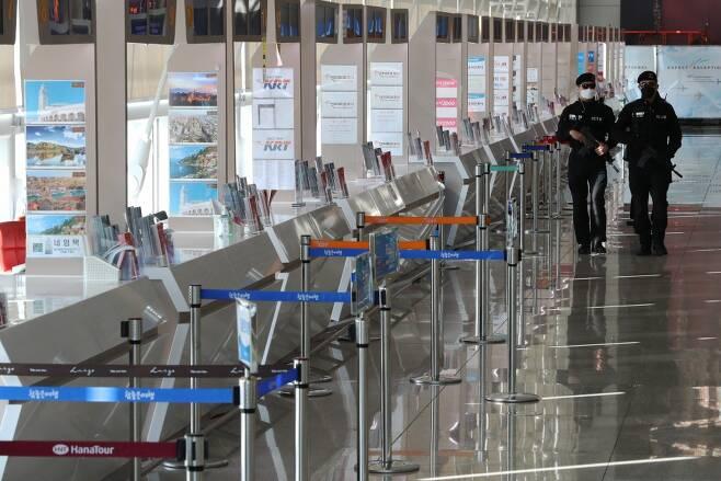 코로나19 확산으로 여행객이 급감하고 있다. 2월9일 오후 인천국제공항 제1여객터미널의 한산한 모습 ⓒ연합뉴스