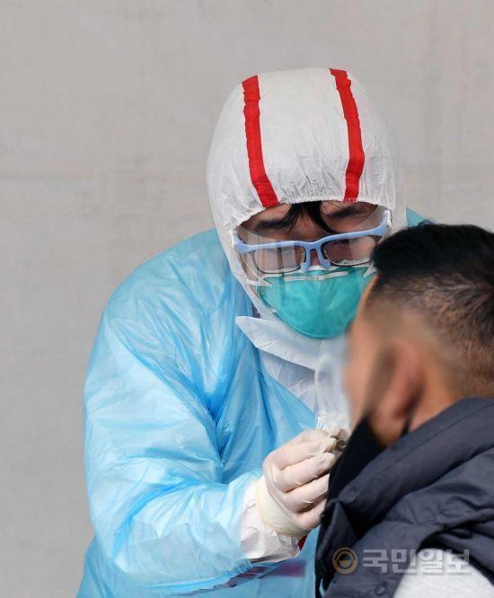 26일 서울 강동구 명성교회 앞에 설치된 선별진료소에서 시민들이 진료를 받고 있다. 윤성호 기자