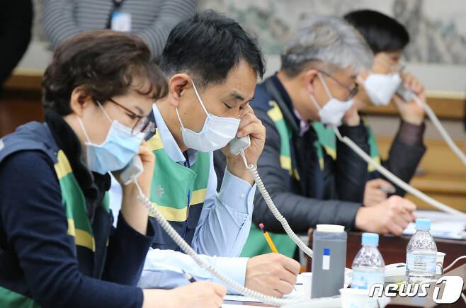 27일 오전 대전시청 대회의실에서 직원들이 신천지 교인들의 신종 코로나바이러스 감염증(코로나19) 사항에 대해 전수조사를 하고 있다. 2020.2.27/뉴스1 © News1 김기태 기자
